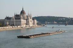 La vue du Parlement de Budapest et de la péniche sur le Danube photos stock