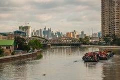 La vue du pont au-dessus de la rivière et des gratte-ciel Manille, Philippines photos libres de droits