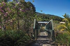 La vue du pont en fer au-dessus de la petite rivière chez Monte Alegre font Sul photos libres de droits