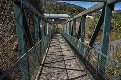 La vue du pont en fer au-dessus de la petite rivière chez Monte Alegre font Sul Photographie stock libre de droits