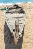 La vue du squelette d'un bateau de pêche seul s'est garée en bord de la mer, Kailashgiri, Visakhapatnam, Andhra Pradesh, le 5 mar Image libre de droits