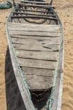 La vue du squelette d'un bateau de pêche seul s'est garée en bord de la mer, Kailashgiri, Visakhapatnam, Andhra Pradesh, le 5 mar Photo stock