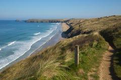 La vue du sud de chemin de côte ouest aux sables de Perran échouent près de Perranporth les Cornouailles du nord Angleterre photos stock