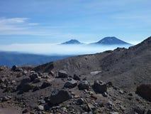 La vue du tolhuaca et du volcan lonquimay fait une pointe de la sierra Nevada en piment Image stock