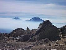 La vue du tolhuaca et du volcan lonquimay fait une pointe de la sierra Nevada en piment Image libre de droits