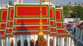 La vue du tombeau de Loha Prasat de Wat Ratchanatdaram Temple, Bangkok, Thaïlande banque de vidéos