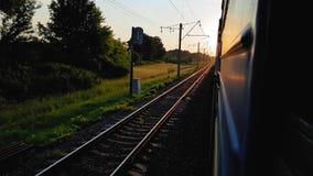 La vue du train à grande vitesse sur le beau paysage avec les collines et la forêt avant coucher du soleil la vue du banque de vidéos