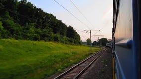 La vue du train à grande vitesse sur le beau paysage avec les collines et la forêt avant coucher du soleil la vue du clips vidéos