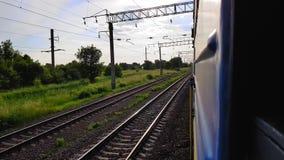 La vue du train à grande vitesse sur le beau paysage avec les collines et la forêt la vue de la fenêtre de la voiture clips vidéos