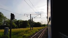 La vue du train à grande vitesse sur le beau paysage avec les collines et la forêt la vue de la fenêtre de la voiture banque de vidéos