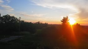 La vue du train sur le beau paysage avec les collines et la forêt avant coucher du soleil La vue de la fen?tre du clips vidéos