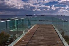 La vue du viaduc sur des bateaux en mer Photo stock