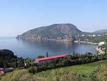 La vue du village de falaise dans la partie du sud-est du l'Ayu-Dag (montagne d'ours) Image libre de droits