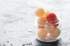 La vue en gros plan de fait maison frottent des boules dans le conteneur en verre photos stock