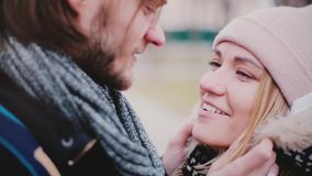 La vue en gros plan de jeunes couples romantiques européens de sourire heureux se tiennent étroite ensemble et parlant dehors un  clips vidéos