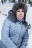 La vue en gros plan de la femme supérieure en hiver vêtx Image stock
