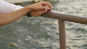 La vue en gros plan des couples tenant des mains sur le baril au fond de la mer clips vidéos