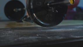 La vue en gros plan du bodybuilder jette le barbell clips vidéos