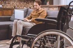 la vue en gros plan du fauteuil roulant et du milieu handicapé a vieilli l'homme Images stock