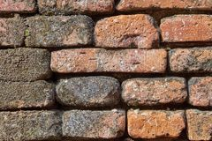 la vue en gros plan du mur de briques très vieux sale rouge a donné au fond une consistance rugueuse Images stock