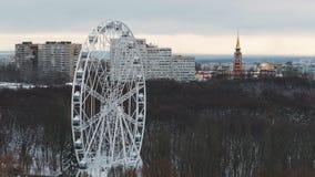 La vue en gros plan statique de grands ferris roulent dedans le parc de ville dans le jour d'hiver clips vidéos