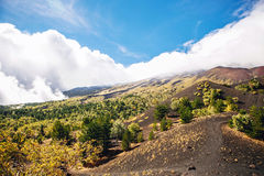 La vue ensoleillée avec la belle montagne et le volcan aménagent en parc, la Sicile, Italie, l'Etna Image libre de droits