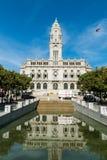 La vue ensoleillée sur une ville hôtel ou Camara Municipal de Porto font Porto dessus photos stock