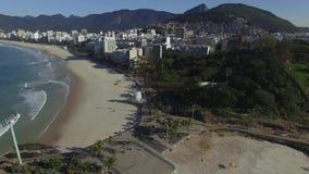 La vue entre deux belles plages Plage d'Arpoador, plage du ` s de diable, secteur d'Ipanema de Rio de Janeiro Brazil banque de vidéos