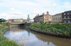 La vue extérieure urbaine de la rivière Nene fonctionne dans le bord du nord, Angleterre, l'Europe Photos libres de droits