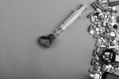 La vue faite de pilules et capsules rondes a mis dans la ligne Photo libre de droits