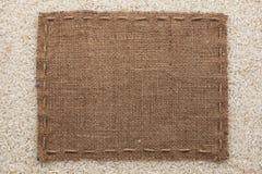 La vue faite de toile de jute avec la ligne se trouve sur des grains de riz image libre de droits