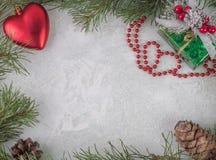 La vue faite en sapin s'embranche avec des décorations d'arbre de Noël sur un fond en bois photos libres de droits