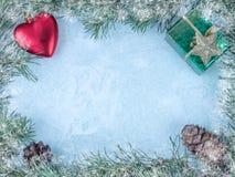 La vue faite en sapin s'embranche avec des décorations d'arbre de Noël sur un fond en bois image libre de droits