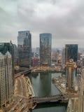 La vue floue et nuageuse d'après-midi de la rivière Chicago et le Wacker conduisent avec la construction voisine photos stock