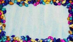 La vue a garni d'un rectangle de petites coquilles colorées sur un fond bleu Photo stock
