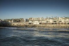 La vue georgious des appartements de bord de l'océan donnant sur l'océan pacifique photos libres de droits