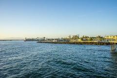 La vue georgious des appartements de bord de l'océan donnant sur l'océan pacifique photos stock