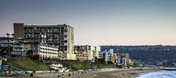 La vue georgious des appartements de bord de l'océan donnant sur l'océan pacifique Images stock