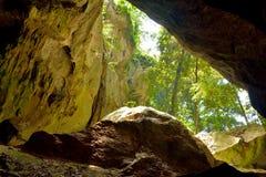 La vue hors du Capricorne foudroie dans la banlieue noire de cavernes photographie stock libre de droits
