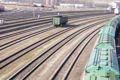 La vue industrielle avec le sort du chemin de fer de fret forme des chariots Photo stock