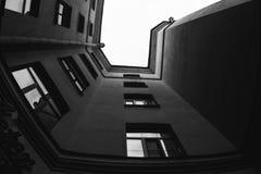 La vue inférieure sur les yards classiques de St Petersburg image libre de droits