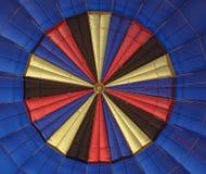 La vue intérieure d'un ballon à air avec un modèle gentil au dessus avant décollent image stock