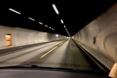 La vue intérieure d'une voiture à l'intérieur d'un tunnel photographie stock libre de droits