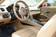 La vue intérieure de Porsche Cayman S s'est garée à Lima Images stock