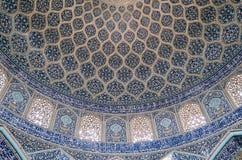 La vue intérieure du dôme élevé de la mosquée de Shah dans Sfahan, Iran a couvert de tuiles polychromes de mosaïque, prévues à Images stock