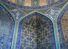 La vue intérieure du dôme élevé de la mosquée de Shah dans Sfahan, Iran a couvert de tuiles polychromes de mosaïque, prévues à Images libres de droits