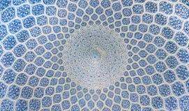 La vue intérieure du dôme élevé de la mosquée de Shah dans Sfahan, Iran a couvert de tuiles polychromes de mosaïque, prévues à Photo libre de droits
