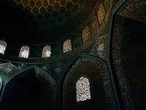 La vue intérieure du dôme élevé de la mosquée de Shah dans Sfahan, Iran a couvert de tuiles polychromes de mosaïque, prévues pour Photo libre de droits