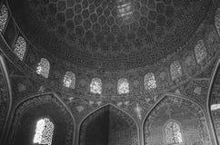 La vue intérieure du dôme élevé de la mosquée de Shah dans Sfahan, Iran a couvert de tuiles polychromes de mosaïque, prévues pour Image libre de droits