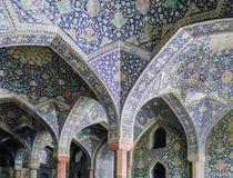 La vue intérieure du dôme élevé de la mosquée de Shah dans Sfahan, Iran a couvert de tuiles polychromes de mosaïque, prévues pour Images stock